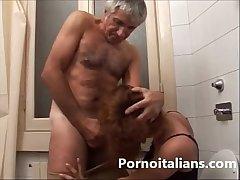 Incesto italiano - padre scopa la figlia nel cesso - Italian Father fuck